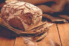 Хлеб на деревянных досках стоковая фотография