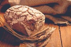 Хлеб на деревянных досках стоковые изображения rf