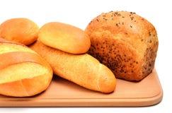 Хлеб на разделочной доске изолированной на белизне Стоковое Изображение