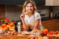 Хлеб довольно молодой домохозяйки сдерживая в ее руках стоковые фотографии rf