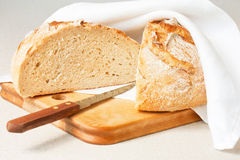 Хлеб отрезанный в половине Стоковое Изображение RF