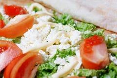 Хлеб пита обернутый с творогом и овощами стоковое изображение rf