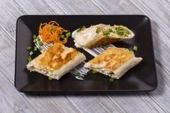 Хлеб пита обернутый с творогом и овощами стоковое изображение