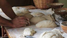 Хлеб подготавливая для печь видеоматериал