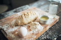 Хлеб подготовленный для печь на крупном плане разделочной доски Стоковые Фото