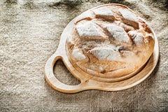 Хлеб прерывая доски на предпосылке мешковины Стоковые Изображения