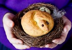 Хлеб птицы пасхи в гнезде Стоковые Фотографии RF