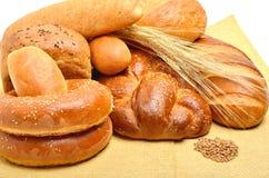 Хлеб, плюшки, крены на скатерти изолированной на белизне Стоковое фото RF