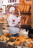 Хлеб работника хлебопекарни предлагая Стоковая Фотография RF