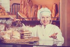 Хлеб работника хлебопекарни предлагая Стоковое Фото