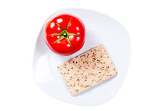 Хлеб рожи диеты при изолированный томат Стоковая Фотография