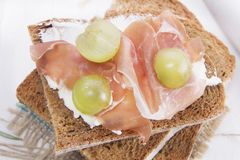 Хлеб, сыр и ветчина и виноградины Стоковое Изображение