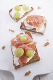 Хлеб, сыр и ветчина и виноградины Стоковое Изображение RF