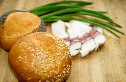 Хлеб с беконом и зелеными луками Стоковая Фотография