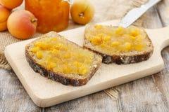Хлеб с вареньем персика стоковая фотография