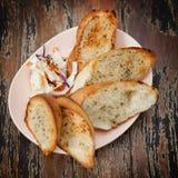 Хлеб с вилкой салата помещен на четвертом поле. Стоковое фото RF