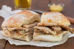 Хлеб с мясом на коричневой деревянной предпосылке Стоковая Фотография