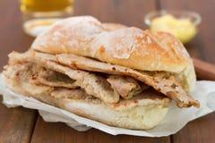 Хлеб с мясом на коричневых предпосылке и стекле пива Стоковые Фото