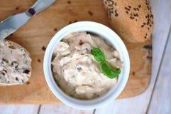 Хлеб с распространением от базилика, sundried томата и базилика в белом шаре на деревянной предпосылке Стоковое Фото