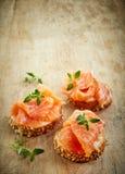 Хлеб с свежим salmon филе Стоковая Фотография