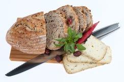 Хлеб с сыром на деревянном крупном плане разделочной доски Стоковые Изображения RF