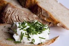 Хлеб с творогом и chives Стоковые Изображения RF