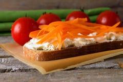 Хлеб с творогом с томатами вишни Стоковые Фото