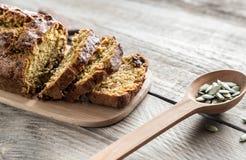 Хлеб тыквы на деревянной доске Стоковое Изображение