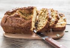 Хлеб тыквы на деревянной доске Стоковые Изображения RF