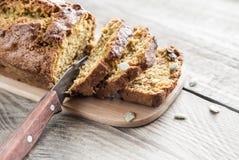 Хлеб тыквы на деревянной доске Стоковое фото RF