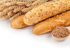 Хлеб, уши и зерна пшеницы на белой изоляции предпосылки Стоковое Фото