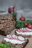 Хлеб фитнеса с творогом, редиской и базиликом на деревенском wo Стоковое Фото