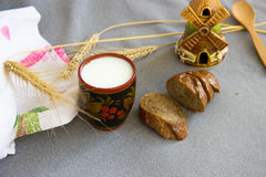Хлеб, чашка молока, шипа пшеницы, глиномялки на серой ткани t Стоковые Изображения RF