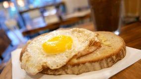 Хлеб яичка солнца завтрака с холодным напитком на таблице Стоковые Фотографии RF