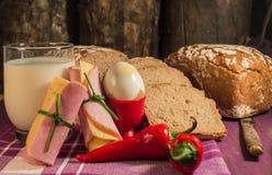 Хлеб, яичко, молоко и овощи Завтрак Стоковая Фотография