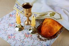 Хлеб challah Саббата, вино и кандели деревянного стола Стоковая Фотография