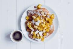 Хлеб Eggy с потушенными яблоками и кофе Стоковое Фото