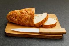 Хлеб Lucianas и керамический нож Стоковое Изображение