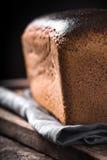 Хлеб Rye на вертикали деревянной доски Стоковое Изображение