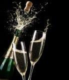 Хлопая Шампань и здравица стоковые изображения rf