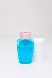 Хлопок и тоническая голубая сторона моют на белой таблице дома стоковые фото