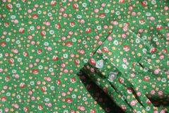 Хлопок 1960s ткани тумака рубашки винтажный реальный изумрудно-зеленый с красными розами и желтой картиной цветка Стоковая Фотография