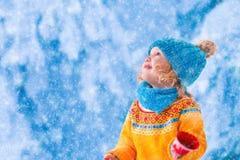 Хлопья снега маленькой девочки заразительные стоковая фотография