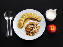 Хлопья с бананом покрыли с медом, молоком и яблоком к здоровью Стоковая Фотография