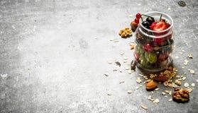 хлопья штанги diet пригодность Ягоды с muesli и гайками Стоковые Изображения