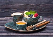 Хлопья, ягоды, молоко и мед овса Завтрак фитнеса Стоковое Изображение