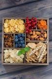 Хлопья для завтрака, сухофрукт, ягоды и гайки в деревянной коробке Стоковая Фотография