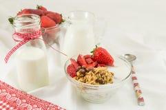 Хлопья Granola, свежие клубники и бутылка молока Стоковое Фото