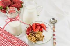 Хлопья Granola, свежие клубники и бутылка молока Стоковое фото RF