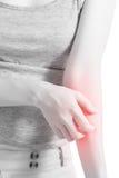 Царапающ ее руку в изолированной женщине на белой предпосылке Путь клиппирования на белой предпосылке стоковое изображение rf